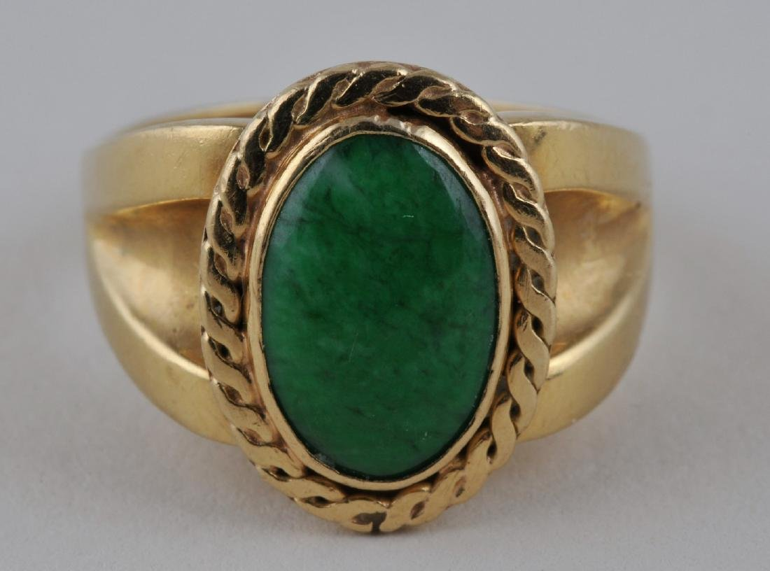 18k yellow gold ring, with oval green jade. Jade