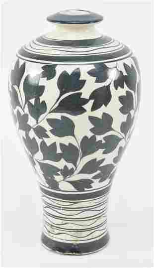 Stoneware vase. China. Tau Chou ware. Cream colored