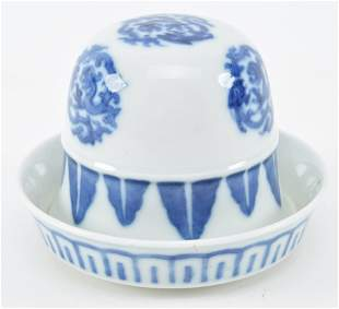 Porcelain dice set. China. Late 19th century. Cup and