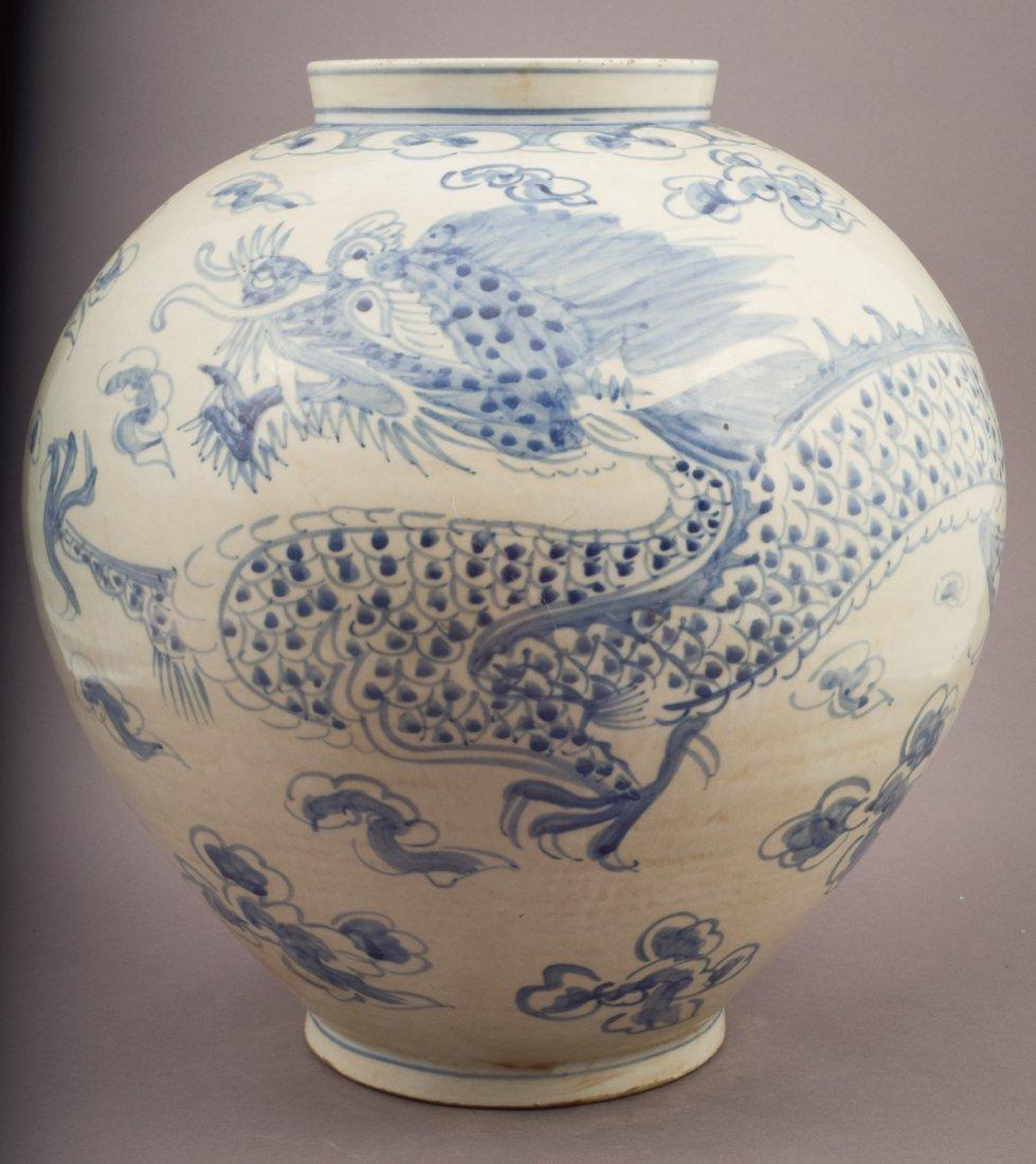Large ovoid jar. Korean style. 20th century. Decoration