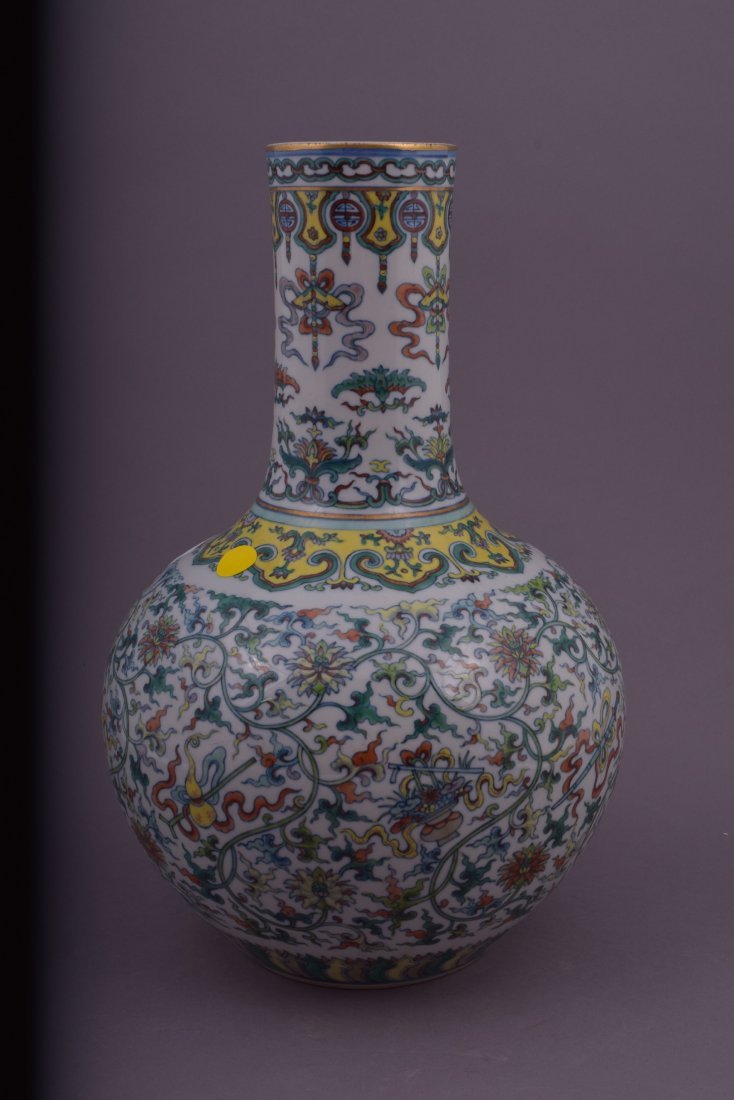 Porcelain vase. China. 20th century. Bottle form. Tou - 2