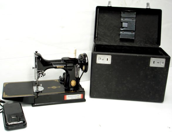 603: VINTAGE SINGER FEATHERWEIGHT SEWING MACHINE