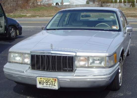 100A: 1992 LINCOLN TOWN CAR LOW MILES 4 DOOR