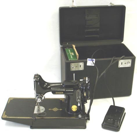 718: SINGER FEATHERWEIGHT SEWING MACHINE WITH CASE