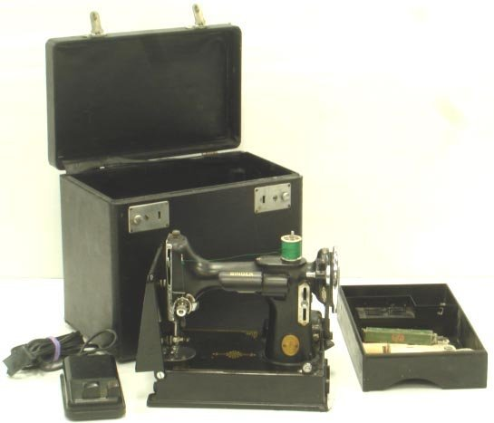 810: SINGER FEATHERWEIGHT SEWING MACHINE WITH CASE