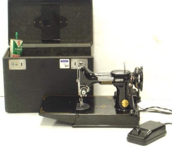 822: SINGER FEATHERWEIGHT SEWING MACHINE W/ CASE