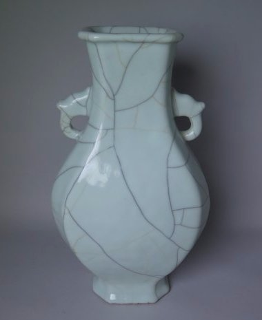 A CHINESE GE-TYPE PORCELAIN VASE, 18TH/19TH C