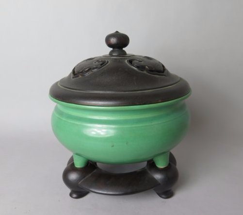 A CHINESE APPLE GREEN PORCELAIN CENSER, 18TH/19TH C
