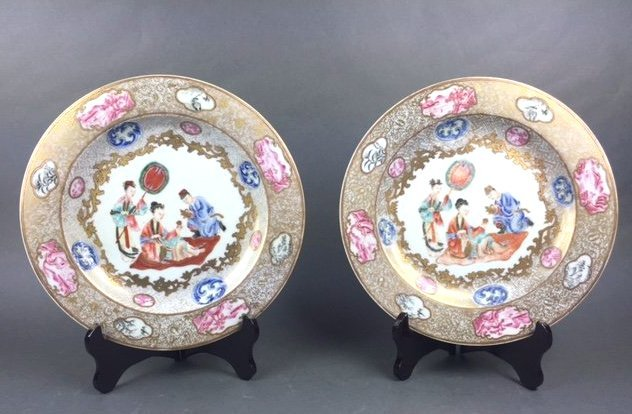 A PAIR OF FAMILLE-ROSE PORCELAIN PLATES,18th C.