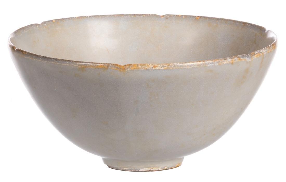 A Chinese celadon stoneware bowl, H 9,5 cm - Diameter