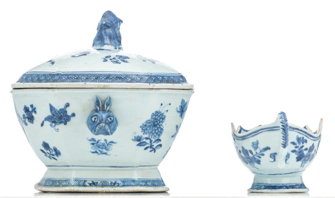 A Chinese blue and white export porcelain tureen and - 3