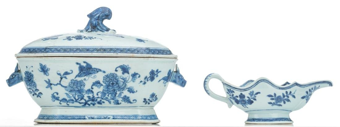 A Chinese blue and white export porcelain tureen and - 4