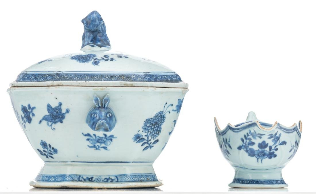 A Chinese blue and white export porcelain tureen and - 5