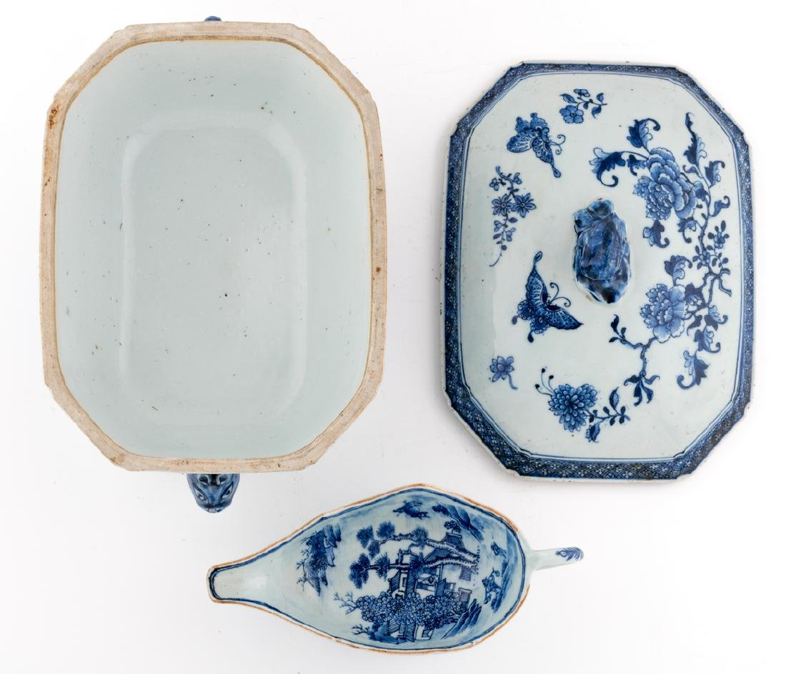 A Chinese blue and white export porcelain tureen and - 6