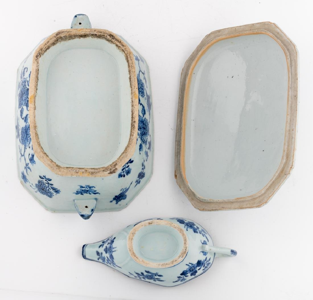 A Chinese blue and white export porcelain tureen and - 7