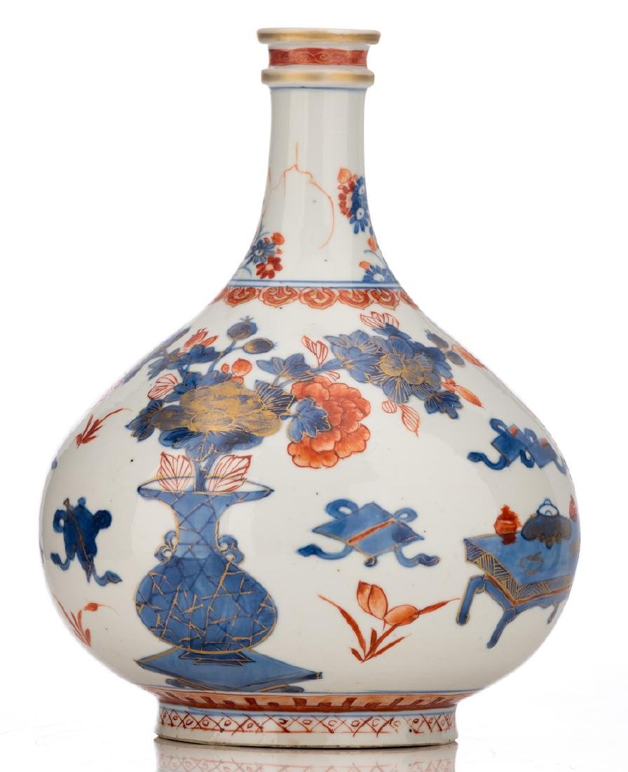 A Chinese Imari bottle vase, decorated with antiquities - 2