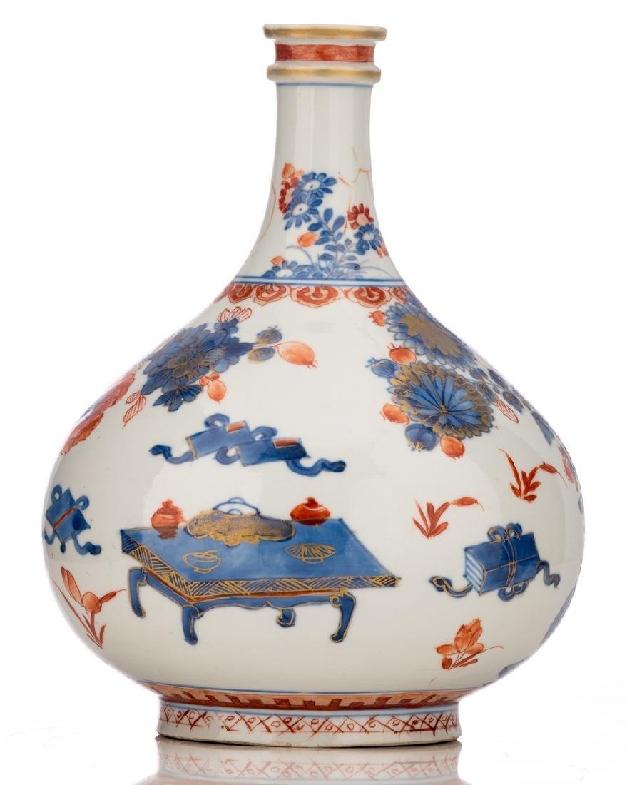 A Chinese Imari bottle vase, decorated with antiquities - 4