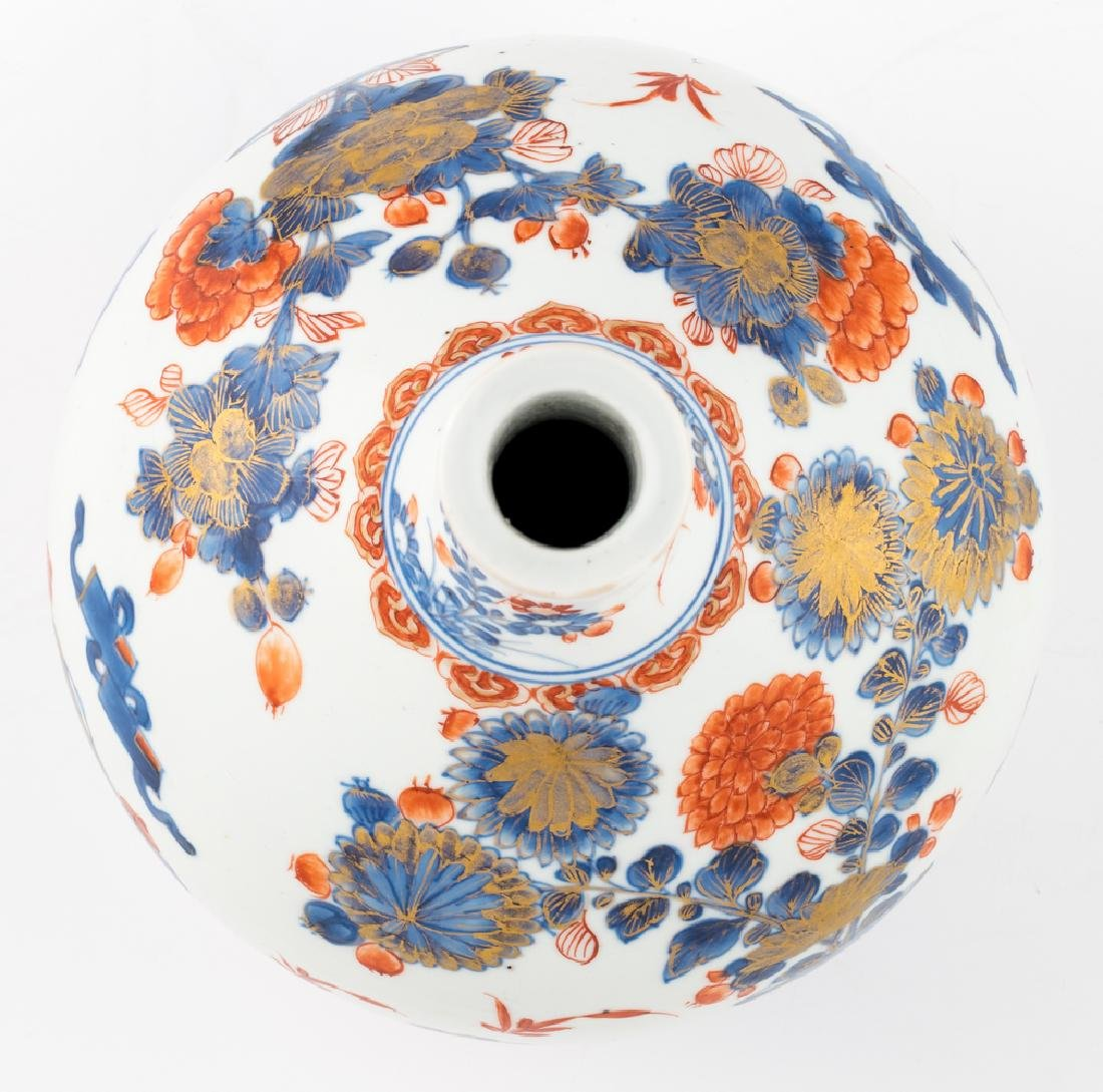 A Chinese Imari bottle vase, decorated with antiquities - 5