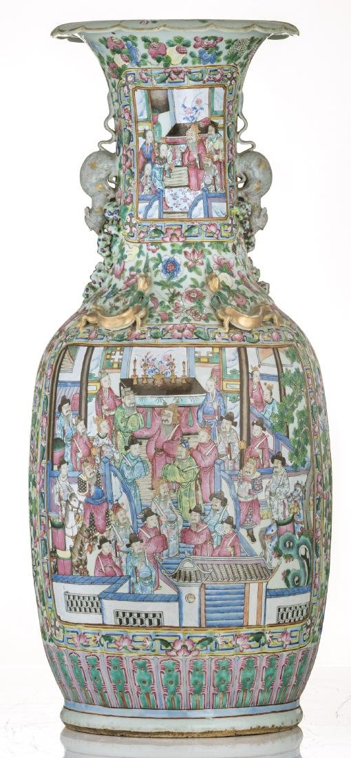 A large Chinese famille rose vase, decorated with court - 4