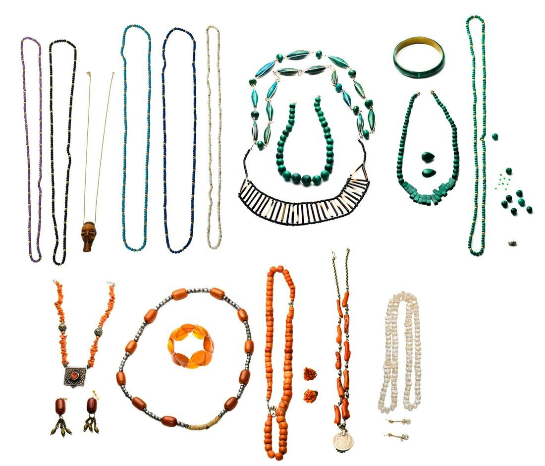 A lot of various jewelry: an 18ct gold necklace, 2,2 g;