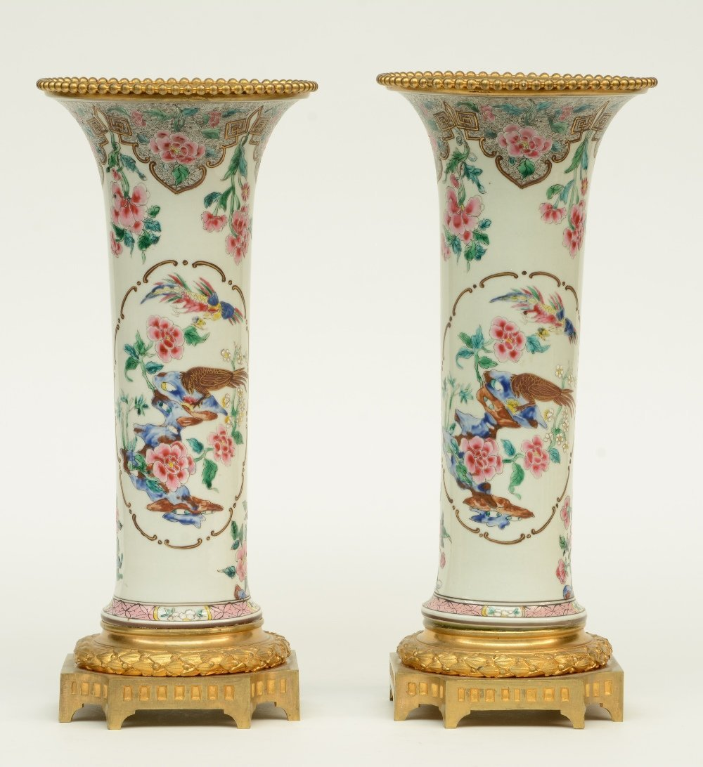 A pair of Chinese famille rose vases, decorated with - 3