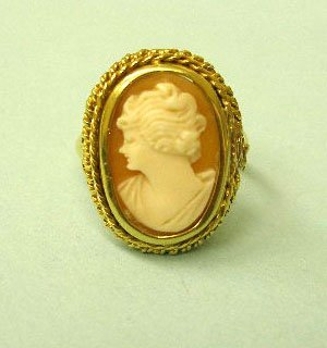 3051: Gold cameo ring