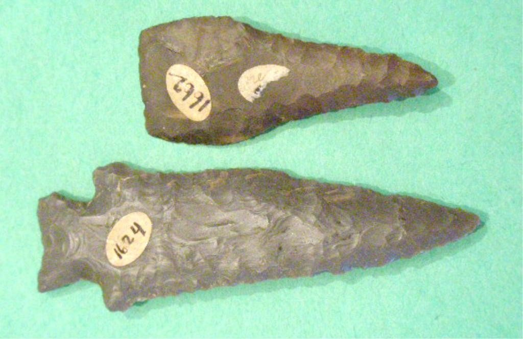 1009: 2 American Indian Flint Spear or Arrow Points