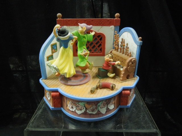 Enesco Snow White & The 7 Dwarfs Musical - 2