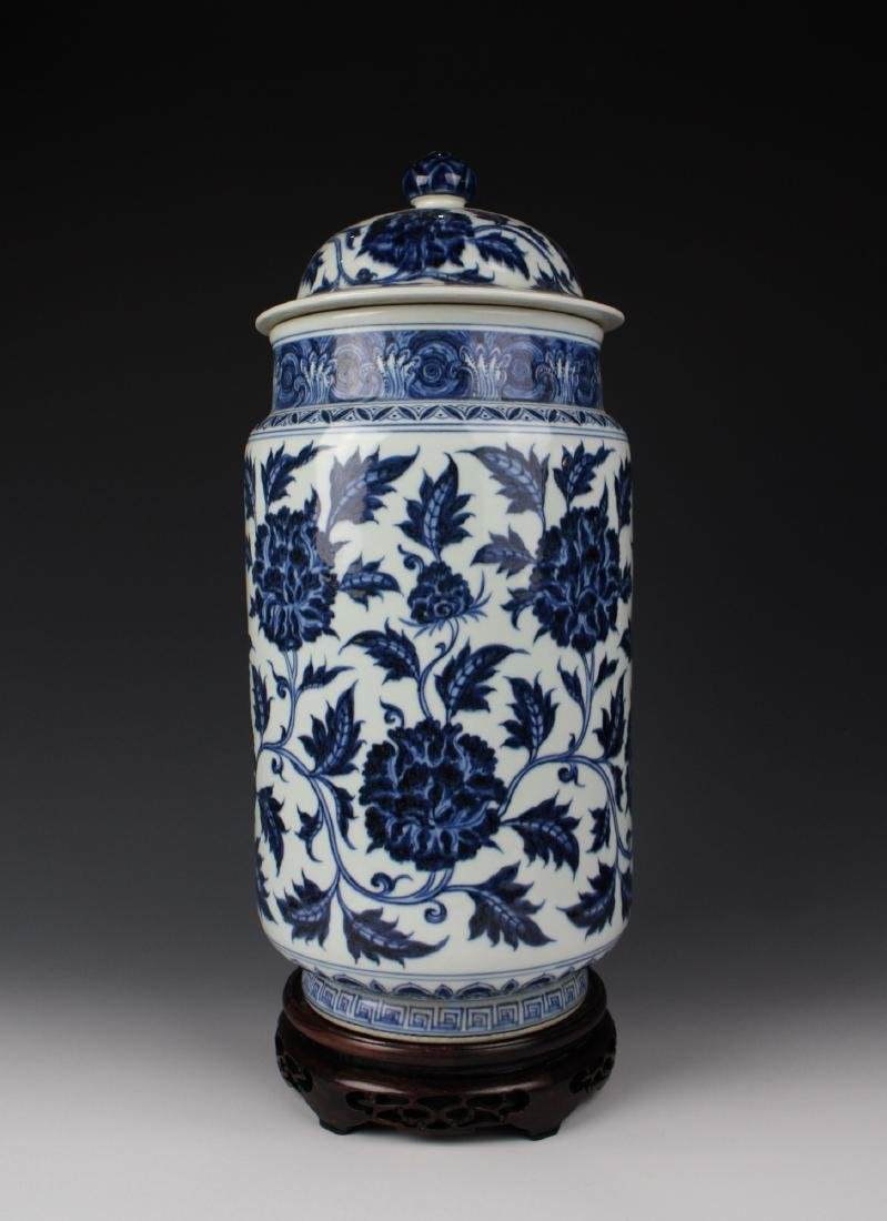 CHINESE PORCELAIN BLUE AND WHITE FLOWER LIDDED JAR