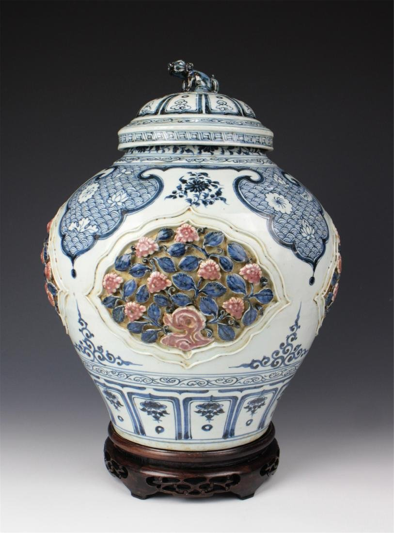 CHINESE PORCELAIN BLUE AND WHITE LIDDED JAR