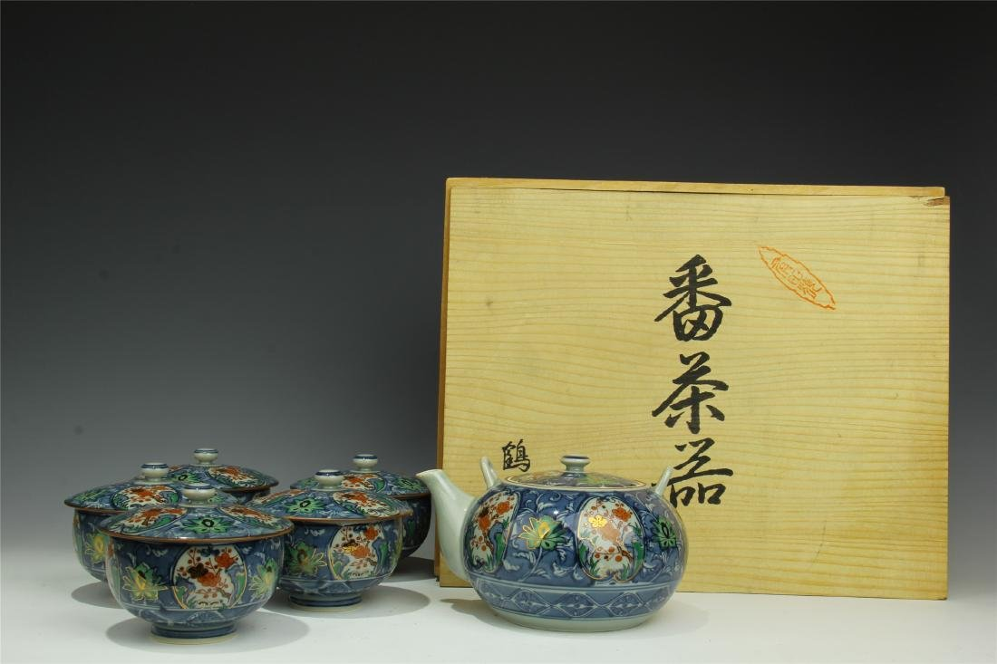 A SET OF JAPANESE PORCELAIN TEA POT AND CUPS