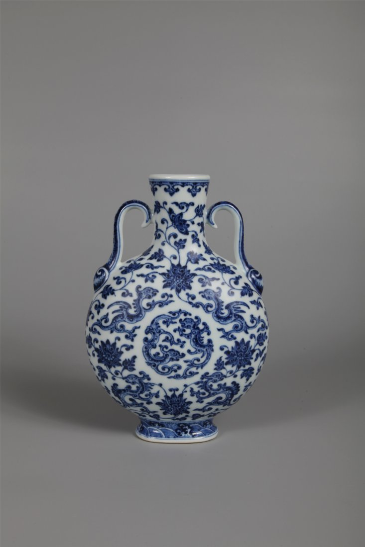 CHINESE PORCELAIN BLUE AND WHITE MOON FLASK VASE