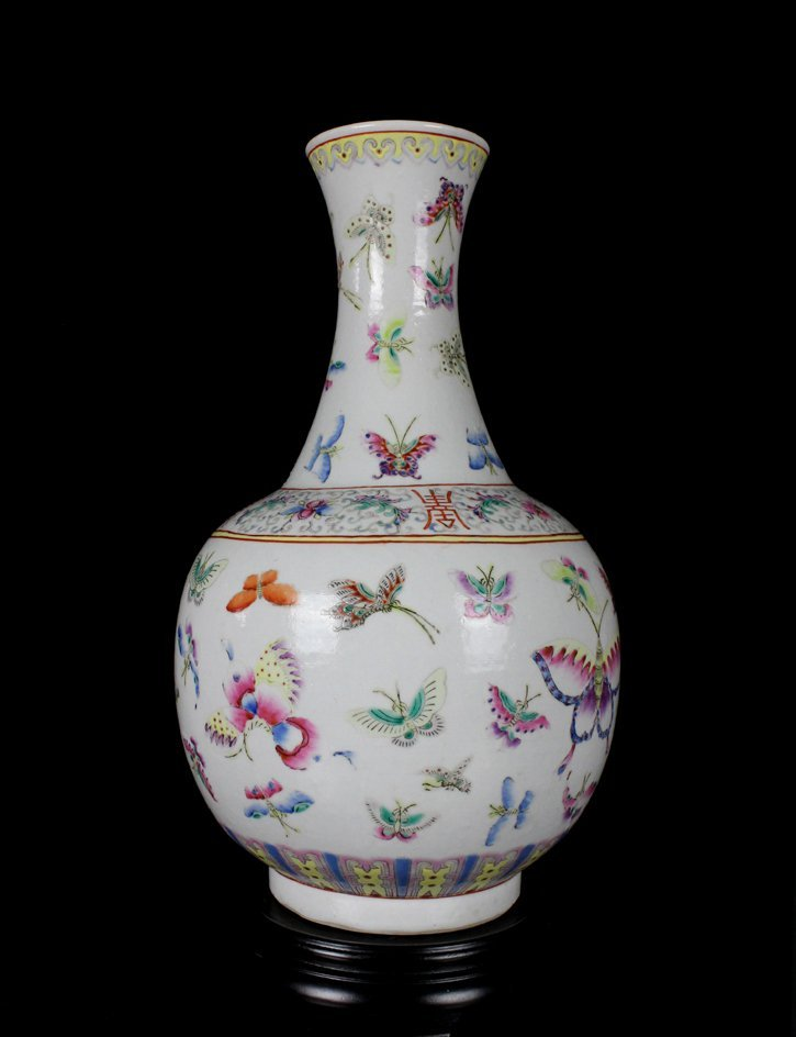 CHINESE PORCELAIN FAMILLE ROSE BUTTERFLY ESTOW VASE