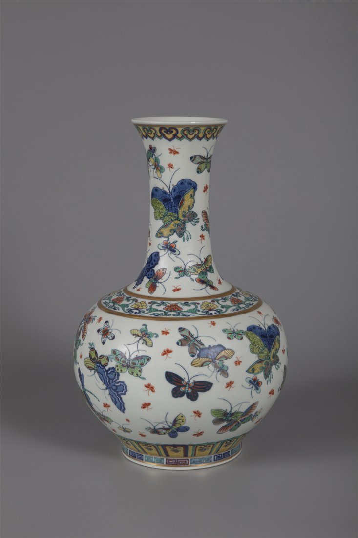 CHIENSE PORCELAIN BLUE AND WHITE BUTTERFLY ESTOW VASE