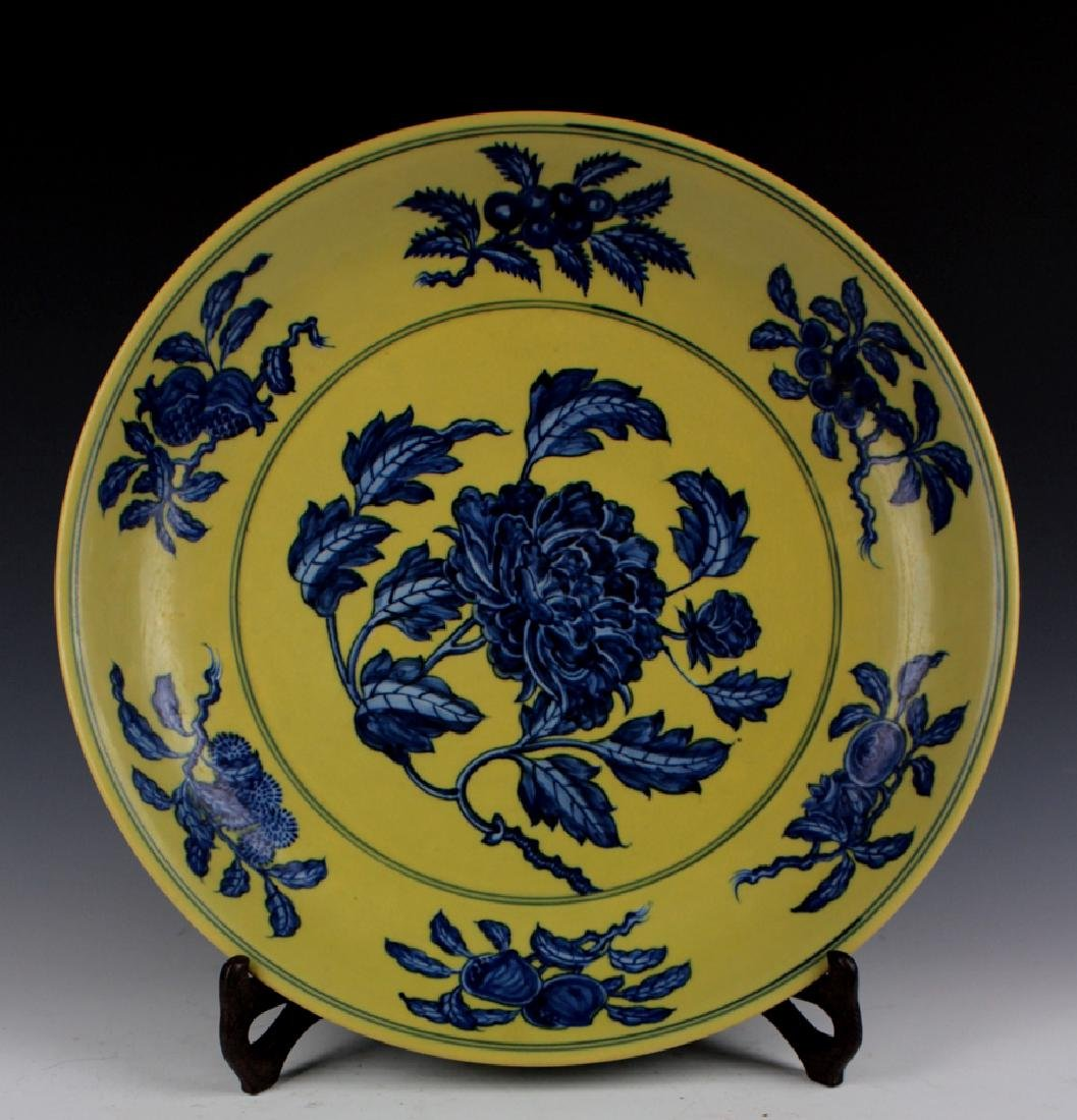 CHINESE PORCELAIN YELLOW GROUND BLUE AND WHITE POENY PL
