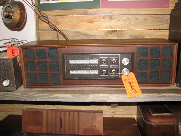 2207: RCA VICTROLA 1960'S LARGE RECORD PLAYER AND RADIO