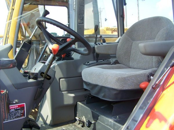 148: Kubota M5700 4x4 Tractor with Loader and Cab - 9