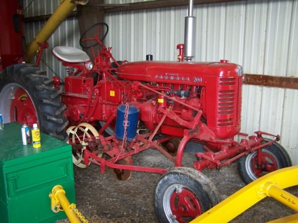 506: Farmall IH 200 Tractor, Wide Front w/ 2x Planters