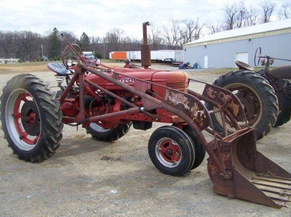 200: Farmall H Antique Tractor with Loader