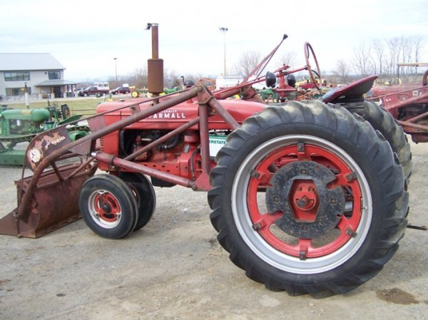 200: Farmall H Antique Tractor with Loader - 3