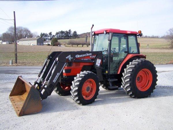 220: Kubota M9000 Utility 4x4 Tractor Cab Loader