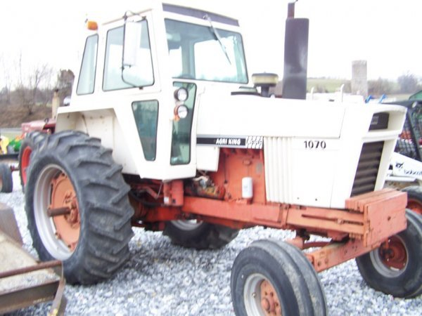 305: CASE 1070 Agri King Tractor with Cab, Power Shift