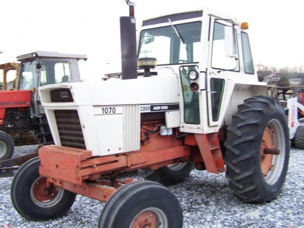 305: CASE 1070 Agri King Tractor with Cab, Power Shift - 3