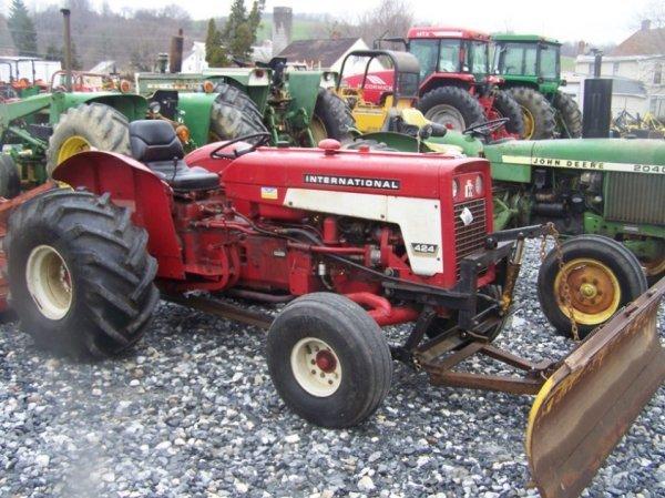 623: International 424 Tractor with Snowblade, Gas,