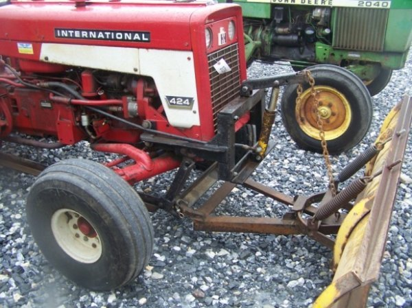 623: International 424 Tractor with Snowblade, Gas, - 8