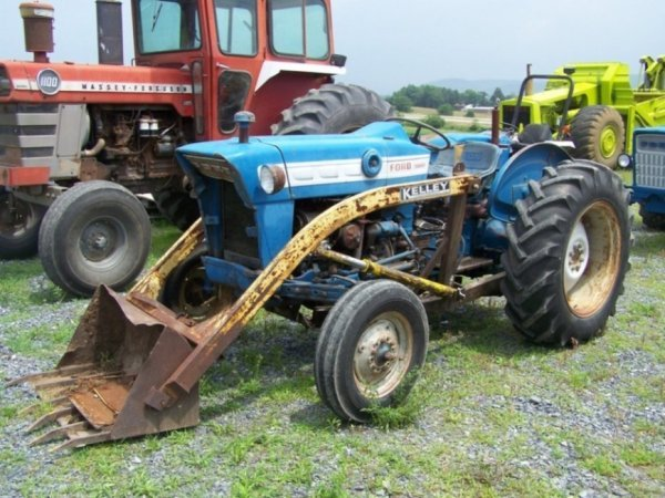 32: Ford 3000 Farm Tractor Diesel with Loader
