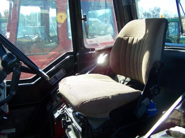 1410: International 886 Farm Tractor with Cab - 7