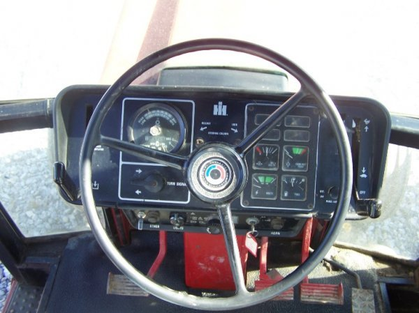 1410: International 886 Farm Tractor with Cab - 8