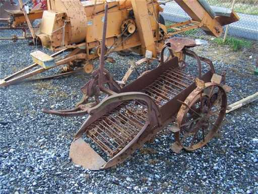 2077 1 Row Antique Potato Digger