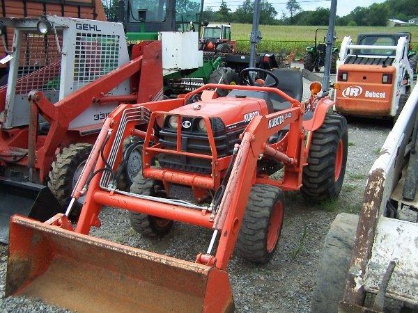 22: Kubota B7800 Tractor w/  LA402 Loader